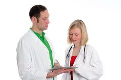Jong vriendschappelijk medisch team in laboratoriumlaag Royalty-vrije Stock Fotografie