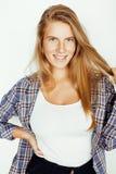 Jong vrij blond meisje die hipster frendly tegen witte muur als achtergrond, glimlachende vrouw met lang haar stellen stock afbeeldingen
