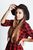 Jong vrij donkerbruin meisje hipster in hoed bij het witte achtergrond toevallige dichte omhoog het dromen glimlachen echte Ameri Stock Fotografie