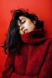 Jong vrij Indisch mulatmeisje in het rode sweater emotioneel stellen, manier hipster tiener, het concept van levensstijlmensen stock foto