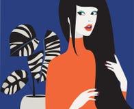 Jong vrij mooi vrouwenmeisje met een lange zwarte haarbesnoeiing en een installatie stock afbeeldingen