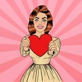 Jong vrij Pop Art Woman Holding Big Red-Hart in haar Handen Stock Foto