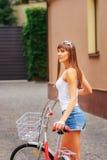 Jong vrij sexy de stijl openluchtportret van vrouwen retro hipster Royalty-vrije Stock Afbeelding