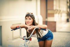 Jong vrij sexy de stijl openluchtportret van vrouwen retro hipster Stock Afbeeldingen