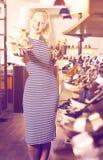Jong vrolijk meisje die van twee paren schoenen kiezen Royalty-vrije Stock Afbeelding