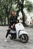 Jong vrolijk meisje met autoped in Europese stad royalty-vrije stock fotografie