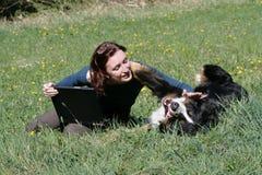 Jong vrouw en notitieboekje stock afbeelding