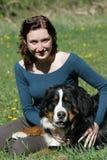 Jong vrouw en notitieboekje royalty-vrije stock fotografie