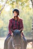 Jong vrouw en paard Stock Foto