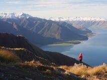 Jong vrouw het bekijken berglandschap royalty-vrije stock foto