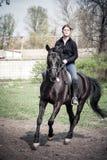 Jong vrouw het berijden paard Royalty-vrije Stock Foto's