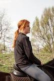 Jong vrouw het berijden paard Stock Afbeelding