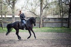 Jong vrouw het berijden paard Royalty-vrije Stock Afbeeldingen