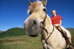 Jong vrouw het berijden paard in het landelijke plaatsen Royalty-vrije Stock Foto