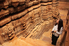 Jong vrouw het bewonderen binnenland van Jain-tempel, Jaisalmer, Rajasth Royalty-vrije Stock Fotografie