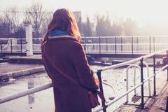 Jong vrouw het bewonderen kanaal royalty-vrije stock fotografie