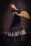 Jong vrouw het dansen flamenco met handventilator Royalty-vrije Stock Afbeeldingen