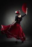 Jong vrouw het dansen flamenco op zwarte Royalty-vrije Stock Foto
