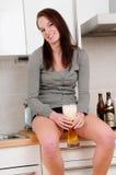 Jong vrouw het drinken bier Stock Foto