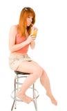 Jong vrouw het drinken sap Stock Afbeeldingen
