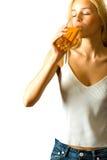 Jong vrouw het drinken sap Royalty-vrije Stock Afbeelding