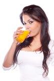 Jong vrouw het drinken sap royalty-vrije stock foto's