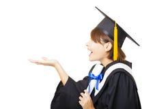 jong vrouw het een diploma behalen holdingsdiploma en het kijken Royalty-vrije Stock Foto's
