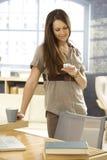 Jong vrouw het schrijven tekstbericht Stock Foto's