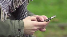 Jong vrouw het schrijven tekstbericht stock video