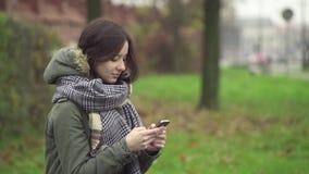 Jong vrouw het schrijven tekstbericht stock videobeelden
