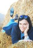 Jong vrouw of meisje op een baal van hooi Een foto Portret royalty-vrije stock foto's