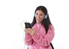 Jong vrouw of studentenmeisje die met mobiele telefoon aan en muziekhoofdtelefoons luisteren die zingen dansen Royalty-vrije Stock Foto