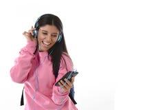 Jong vrouw of studentenmeisje die met mobiele telefoon aan en muziekhoofdtelefoons luisteren die zingen dansen Stock Afbeeldingen