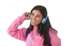 Jong vrouw of studentenmeisje die met mobiele telefoon aan en muziekhoofdtelefoons luisteren die zingen dansen Royalty-vrije Stock Fotografie