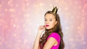 Jong vrouw of tienermeisje in prinseskroon stock foto's
