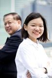 Jong vrouwelijk Aziatisch uitvoerend en hoger Aziatisch zakenman het glimlachen portret royalty-vrije stock afbeelding