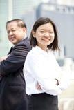 Jong vrouwelijk Aziatisch uitvoerend en hoger Aziatisch zakenman het glimlachen portret stock foto's