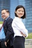 Jong vrouwelijk Aziatisch uitvoerend en hoger Aziatisch zakenman het glimlachen portret stock afbeeldingen
