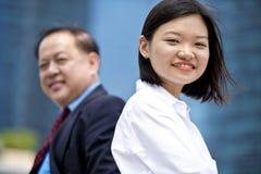 Jong vrouwelijk Aziatisch uitvoerend en hoger Aziatisch zakenman het glimlachen portret stock fotografie