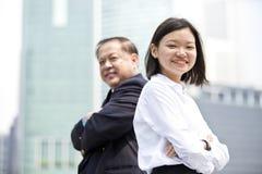 Jong vrouwelijk Aziatisch uitvoerend en hoger Aziatisch zakenman het glimlachen portret royalty-vrije stock foto