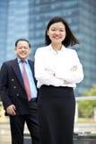 Jong vrouwelijk Aziatisch uitvoerend en hoger Aziatisch zakenman het glimlachen portret stock foto