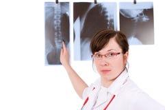 Jong vrouwelijk doc. dat op geïsoleerde röntgenstraal richt, Stock Fotografie