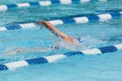 Jong Vrouwelijk het Zwemmen Vrij slag royalty-vrije stock afbeelding