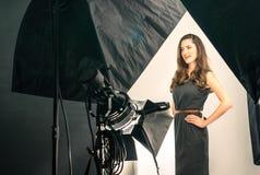 Jong vrouwelijk model bij foto het schieten Stock Foto's