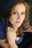 Jong vrouwelijk model in blauwe kap Royalty-vrije Stock Afbeelding