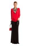 Jong vrouwelijk model die rode blouse en lange zwarte rok dragen Stock Foto's