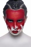 Jong vrouwelijk model met rode lippen en bloed op gezicht royalty-vrije stock foto