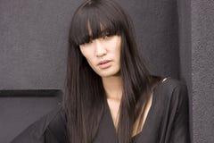 Jong vrouwelijk model in zwarte royalty-vrije stock afbeeldingen