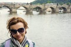 Jong vrouwelijk toerist en Charles Bridge in Praag stock fotografie