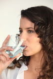 Jong vrouwen drinkwater Royalty-vrije Stock Foto's